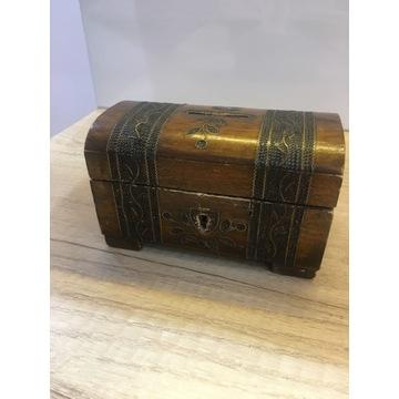 Drewniana rzeźbiona mała szkatułka skarbonka PRL