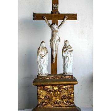 Stary krzyż z figurkami pasyjnymi