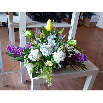 Kompozycja kwiatowa ze sztucznych kwiatów