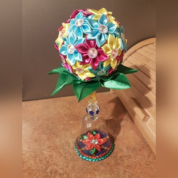 Ozdoba z wstążki, kwiaty na ozdobnym kieliszku