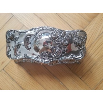 Zdobiona posrebrzana szkatułka na biżuterię