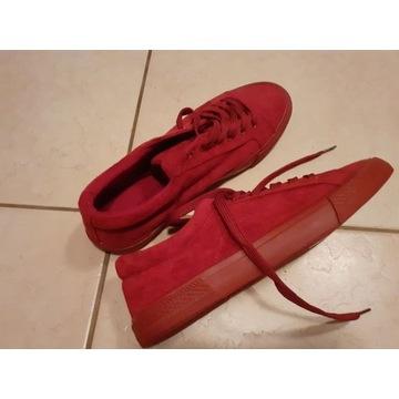 Czerwone zamszowe trampki