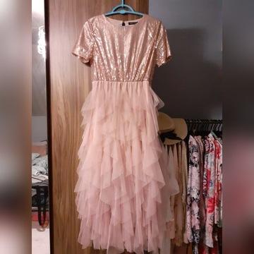 Sukienka z tiulowymi falbankami i cekinowa gora