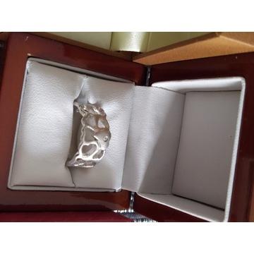 Nowy damski pierścionek ze srebra.