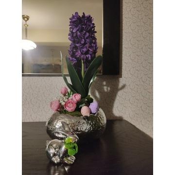 Kompozycja kwiatowa wielkanocna Hiacynt w jaju.