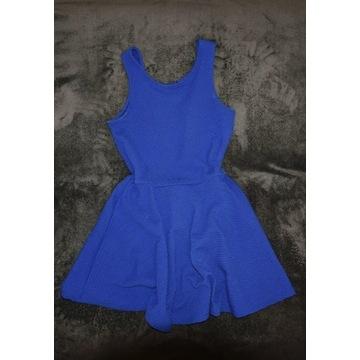 Rozkloszowana sukienka z tłoczonym wzorem