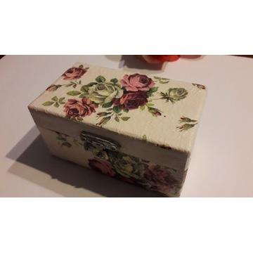 Pudełko w kwiatki,dekupaż.