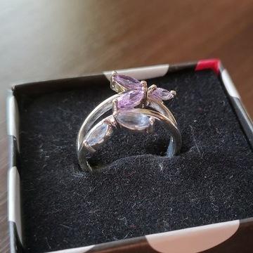 Piękny Pierścionek w motylki, ozdobiony kamieniami
