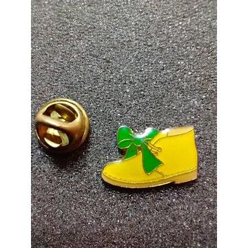 Przypinka, badges; but, trzewik z kokardą zieloną.