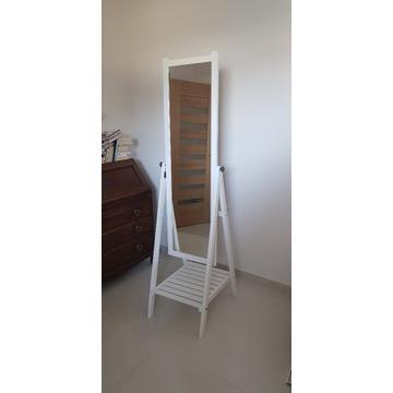 Białe stojące lustro z półką firmy Ikea