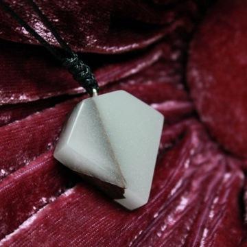 Naszyjnik diament, żywica świecąca w ciemności