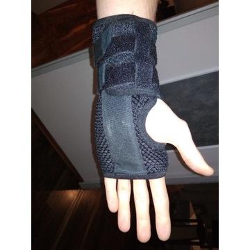 Stabilizator z szyną nadgarstka lewej dłoni.