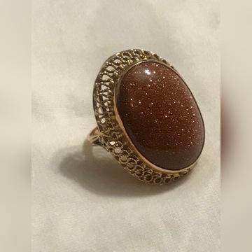 Złoty pierścionek z piaskiem pustyni