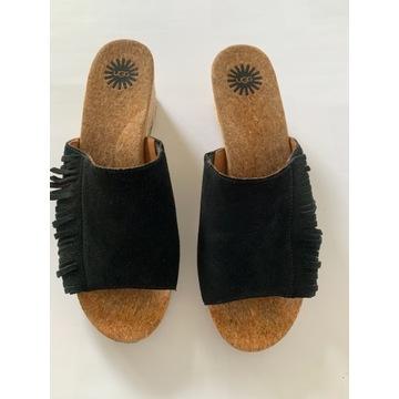 Czarne zamszowe klapki na koturnie firmy UGG 39