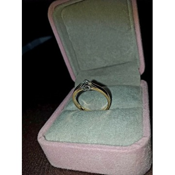Piescionek zaręczynowy