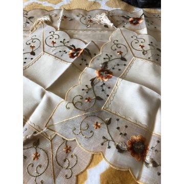 Komplet bieżnik+2 serwetki haftowane