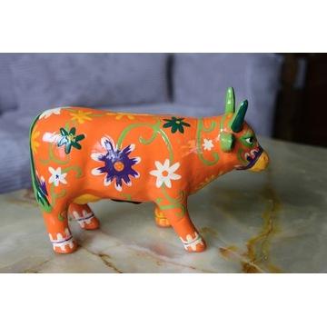 Krowa z ceramiki, ręcznie malowana przez artystów