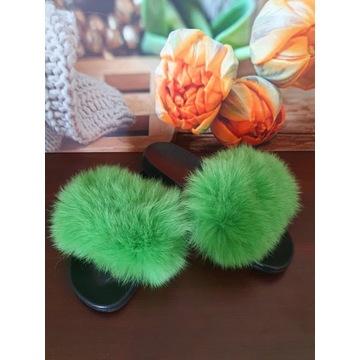 Klapki z zielonym pięknym futrem miękkiego Jenota