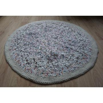 Dywanik beżowy melanż robiony na szydełku rękodzie