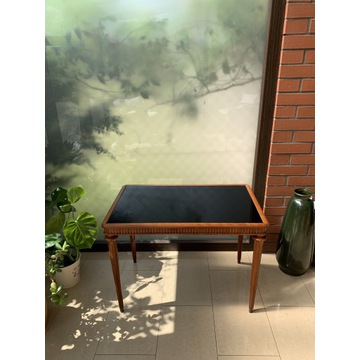 Piękny Zdobiony Stół Kawowy z Czarną Szybą