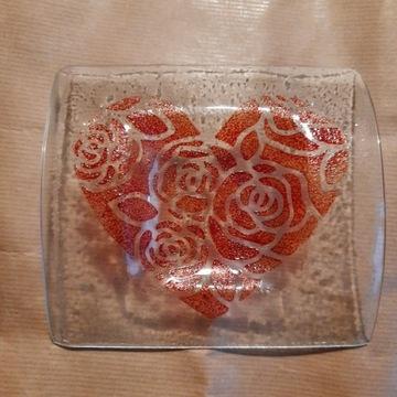 Szklany świecznik z sercem.