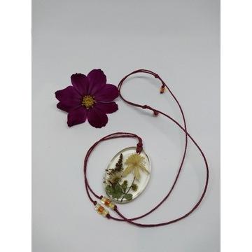 Suszone kwiaty w żywicy, wisiorek