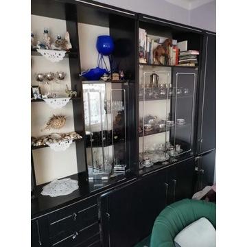 Czarna meblościanka plus biurko