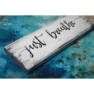 Deska z napisem, tabliczka z napisem Just breathe
