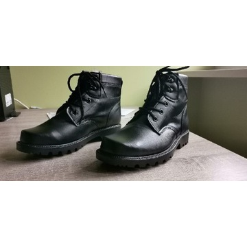 Sprzedam nowe zimowe buty z metalowym noskiem.