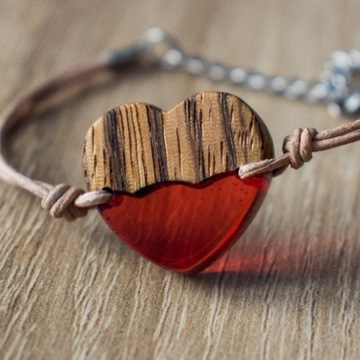 Rękodzieło, bransoletka, serce z żywicy i drewna