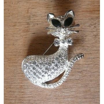 Broszka w srebrnej oprawie skrzy cyrkonie kot