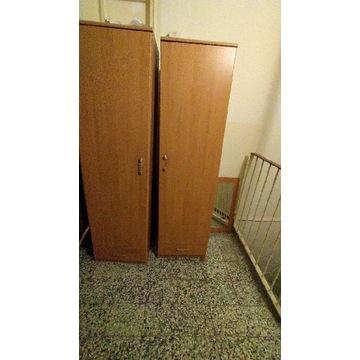 Meble: dwa słupki, komoda, stolik i lustro