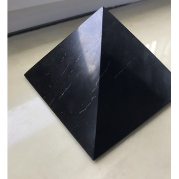 Szungit piramida