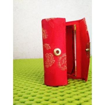 Nowe czerwon etui z lusterkiem na pomadkę.