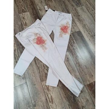 Spodnie Jeansowe białe z aplikacją kwiatową