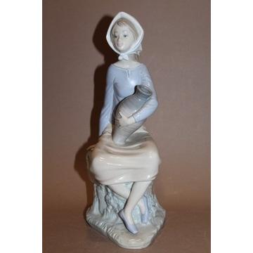 Figurka siedząca dziewczyna z wazą Zaphril nr 38 F
