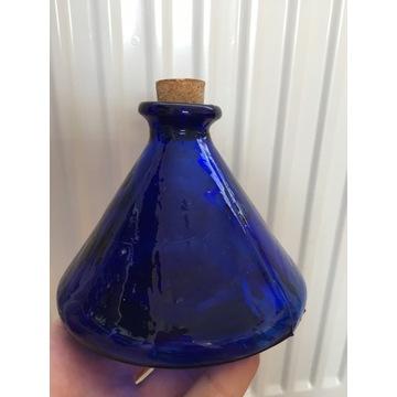 Stara niebieska butelka na lekarstwa