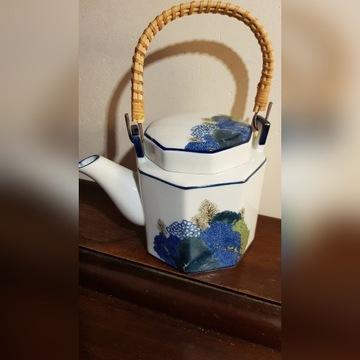 Piekny czajnik - dzbanek z porcelany.