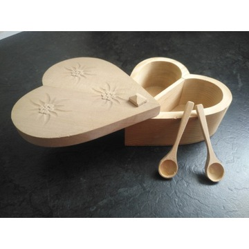Pudełko w kształcie serca z łyżeczką