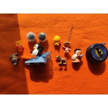 Zestaw zabawek plastikowych małych rozmiarów.