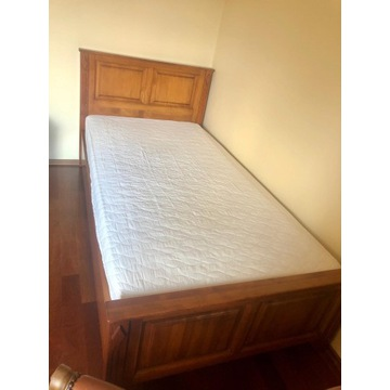 Łóżko dębowe z wygodnym materacem