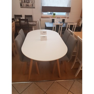 Skandynawski stół oraz fotelowe krzesła