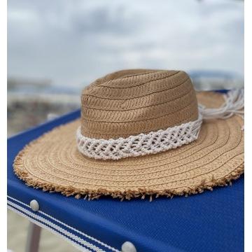 Słomiany kapelusz z elementami makramy, makrama