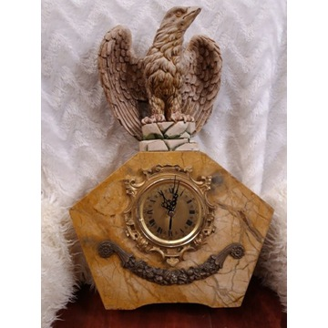 13. Marmurowy zegar kominkowy z orłem.