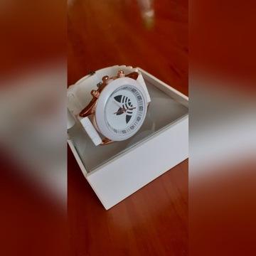 Bialy zegarek idealny na prezent
