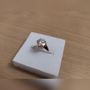 zloty pierscionek z diamentem - moissanit