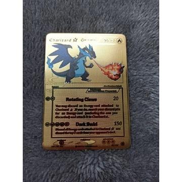 Złota metalowa karta pokemon charizard