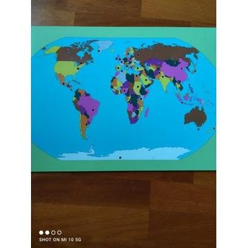 Mapa świata z podstawą na flagi