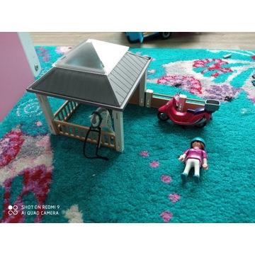 Playmobil stajnia i dziewczyna na skuterze
