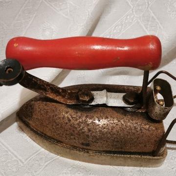 Antyczne żelazko z czerwoną rączką